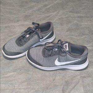 Women Nike tennis shoes